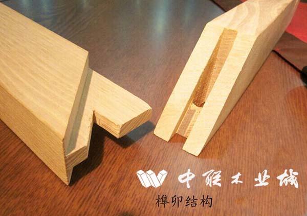 有一些的企业,其生产的家具的零部件连接处,一点榫卯都没做,完全是用胶粘、用铁钉连的。榫卯结构是一种连接工艺,这是我们老祖宗的发明。正是这种工艺,才使得中国的木结构建筑和家具牢固无比,拆装随意。红木家具的制作工时,很多也是花在榫卯制作上。但是,榫卯结构作为一种连接工艺,它往往不能被人直接看到,正因为这样,才让一些厂家钻了空子,这就是偷工。偷工就是减去了不该减的工序。拿榫卯结构来说,它也有复杂与简单之说,复杂的,就是按老制式规矩做的,简单的,就是简化了的,甚至根本就没做。越是复杂的,或者是按老制式规矩做的,它