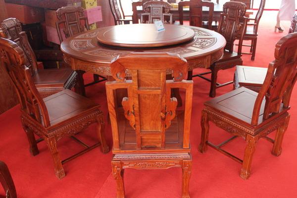 1.5米圆餐桌(含八张椅子)